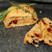Mediterraans olijven tomatenbrood met italiaanse kruiden