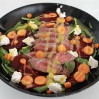 Rauwe spinaziesalade met biefstuk en rode biet