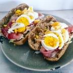 brood-met-rauwe-ham-en-ei-healthylivinglisan