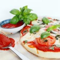 Bloemkoolpizza met verse tomaat, basilicum en ui