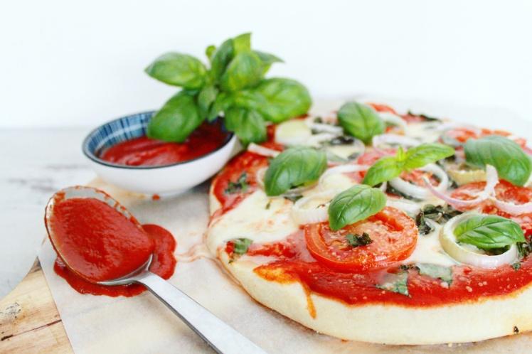 Bloemkoolpizza met verse tomaat en basilicum - Healthylivinglisan